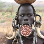 ムルシ族とは?唇に皿をはめた民族について解説